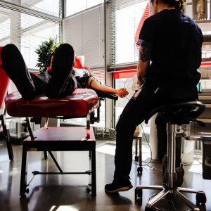 Kuvassa on henkilö, joka luovutti verta Sanomatalon Veripalvelussa toukokuussa 2020.