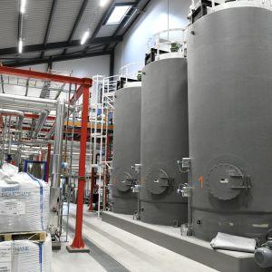Hygienointisäiliöitä energiayhtiö Gasumin uusimmassa biokaasulaitoksessa Lohjalla