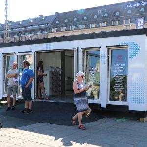 Den nya infocontainern på Salutorget i Åbo