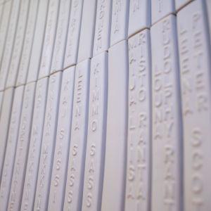 Keramiska plattor i muséet Kwum med namn på alla som understött muséet.