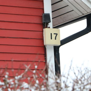 En vägg med husnummer 17