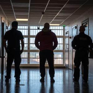 Vanki ja vartiat riihimäen vaknilan eristysosastolla