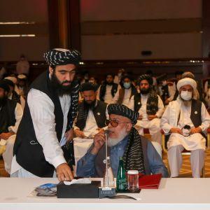 Abbas Stanikzai (sittande vid bordet i förgrunden) är de afghanska talibanernas politiska ledare och deltar här i öppningssessionen i Doha, Qatar på lördagen. Talibanernas hela delegation i bakgrunden.