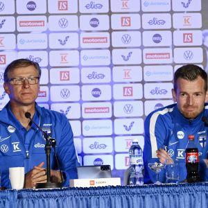 Markku Kanerva och Lukas Hradecky på en presskonferens sommaren 2021.