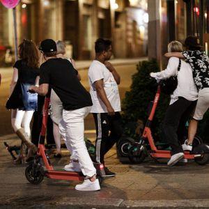 Elsparkcyklar och ungdomar sent på kvällen i Helsingfors den 5 juli 2021.