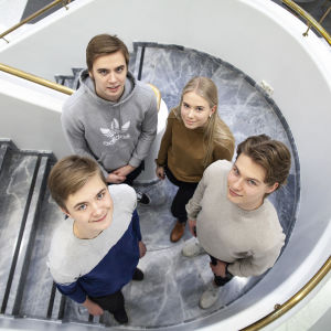 Neljä nuorta ovat tulleet Osuuspankkiin keskustelemaan raha-asioista. Kuvassa Elias Löppönen, Olivia Honkonen, Kristian Salmi ja Elmeri Heikkilä.