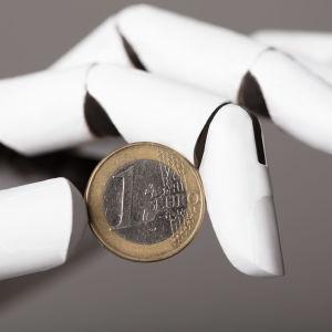 En robothand som håller i ett euromynt.