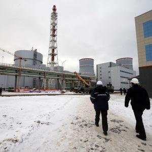 Två anställda går mot kärkraftverket i Sosnovyi bor.