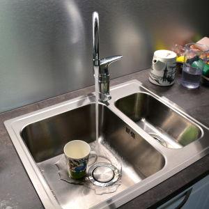 Vattenkran i kök med rinnande vatten.