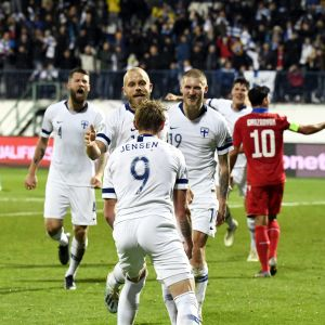 Finlands spelare firar mål.