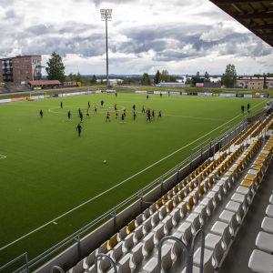 KuPS:n edustusjoukkue harjoittelemassa  keskuskentällä Kuopiossa