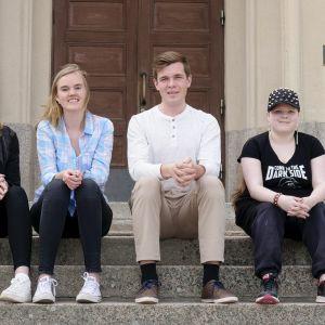 Bland andra Elisabeth Santamäki, Michelle Henriksson, Tobias Eriksberg och Magdalena Haldin tog studenten vid Kristinestads gymnasium i år.