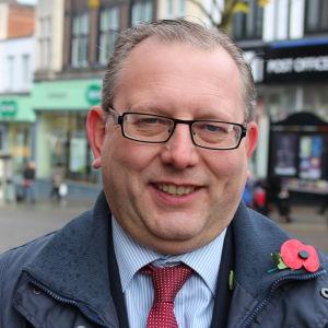 Michael Winstanley leder de konservativas regionalorganisation i nordvästra England. På bilden är han iklädd en prydlig ytterrock och slips.