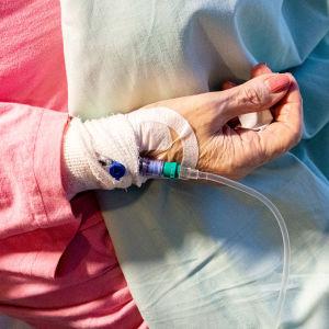 Kanyyli iäkkään potilaan käsivarressa.
