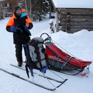 Koiravaljakkoyrittäjä Aki Holck, vieressään potkuri ja pieni koirareki.