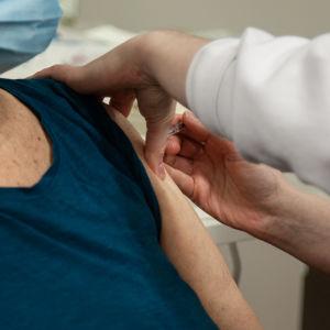 En äldre kvinna får vaccin