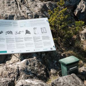 Opaskyltti ja postilaatikko snorkkeleita varten vedenalaisen veistospolun rannalla, Dalskär-saaressa.