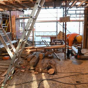 byggplats med massa sågspån på golvet