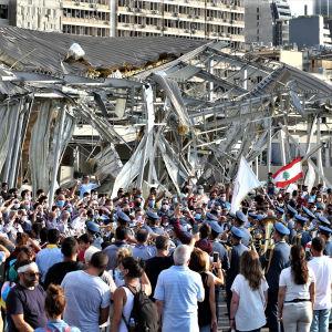 Tuhannet ihmiset kokoontuivat muistamaan Beirutin räjähdyksen uhreja räjähdyspaikan lähelle.