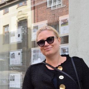 Linda Salonius-Pasternak utanför sin fastighetsförmedling.
