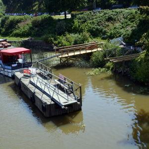 Renoveringen av den söndriga bryggan i Borgå å har inletts