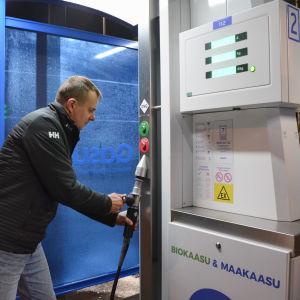 Man tankar gas i Borgå