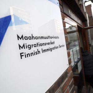 Migrationsverkets logga på en vägg.