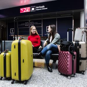 Kuvassa lentoasemalla ovat belgialainen EMMA VAN DE PERRE ja saksalainen KAROLINA HAMMEL. He ovat lähdössä Suomesta takaisin kotimaihinsa.