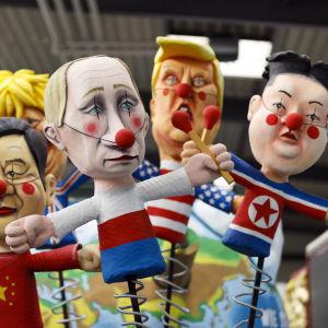 Små dockor på fjädrar föreställande Xi Jinping, Vladimir Putin, Kim Jong-un, Boris Johnson och Donald Trump.