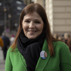 Kokoomuksen eduskuntavaaliehdokas Sari Sarkomaa vaalitapahtumassa