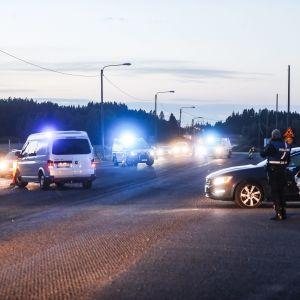 Polisbilar mitt på en väg