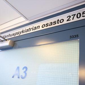 Julkulan sairaalan vanhuuspsykiatrian osaston ovi