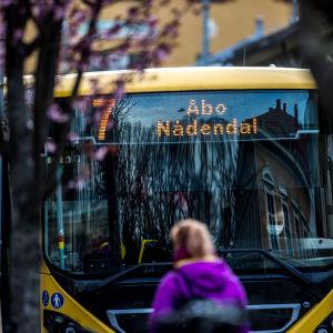 En gul buss i lokaltrafik i Åbo