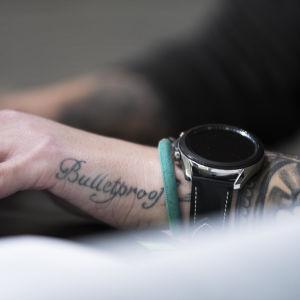 """Heidi Foxell tatuerade in """"Bulletproof"""" på handen efter skjutningen."""