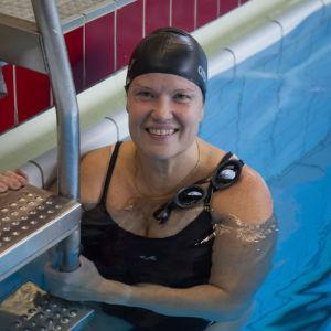 Kuvassa Paula Klemola lpirkkolan uimahallissa