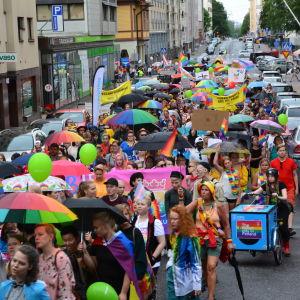 färgglada paraplyer och en massa människor som går i åbos prideparad 2018