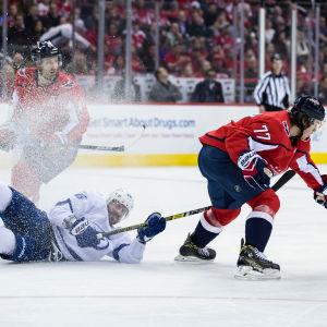 Nikita Kutjerov kämpar om pucken i toppmötet mellan Washington och Tampa Bay.