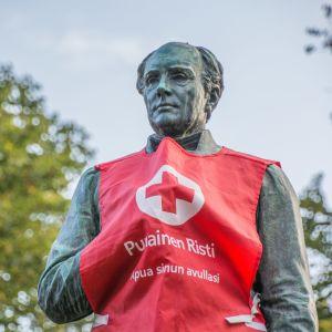 Runebergsstatyn i Borgå iklädd Röda korsets väst