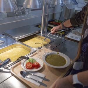 Luomuhernekeittoa ja pannukakkua lounasnoutopöydästä