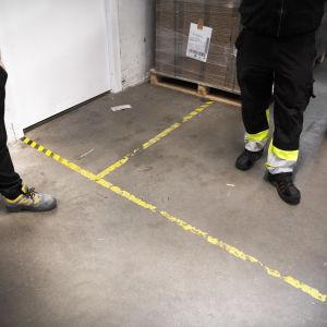 Två arbetstagare på en arbetsplats.