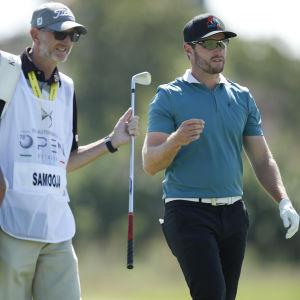 Golfari Kalle Samooja (oik.) ja caddie Nick Mumford