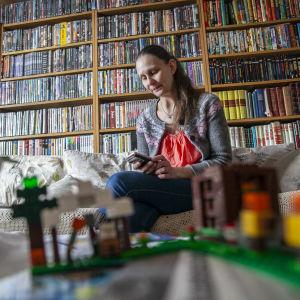 Anna Janka-Murros laittaa lapsen hoitoaikoja Tieto edu -sovellukseen