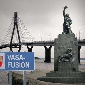 Kollage av replotbron och vasa frihetsstaty. En skylt med texten Vasafusion.