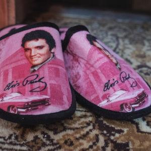 Pinkit aamutossut joissa kuva Elvis Presleystä sekä tämän nimikirjoituksesta.