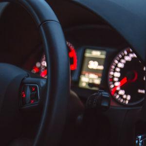 Insidan av bil.