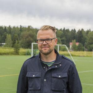 Johnny Holmström vid Tolkis fotbollsplan