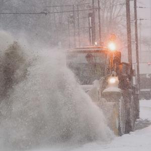 Traktor plogar snö i centrum.