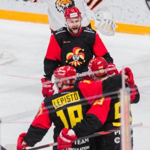 Nicklas Jensen vrålar glatt mot ett par lagkamrater.