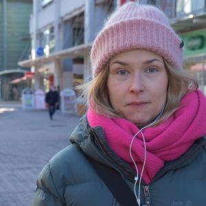 Porilainen Elina Sainio kävelykadulla.