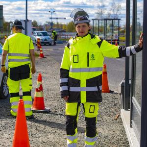 Tornion kaupungin työntekijä Arttu Pauna jakaa koronatesti lomakkeita Tornion rajanylityspaikalla.